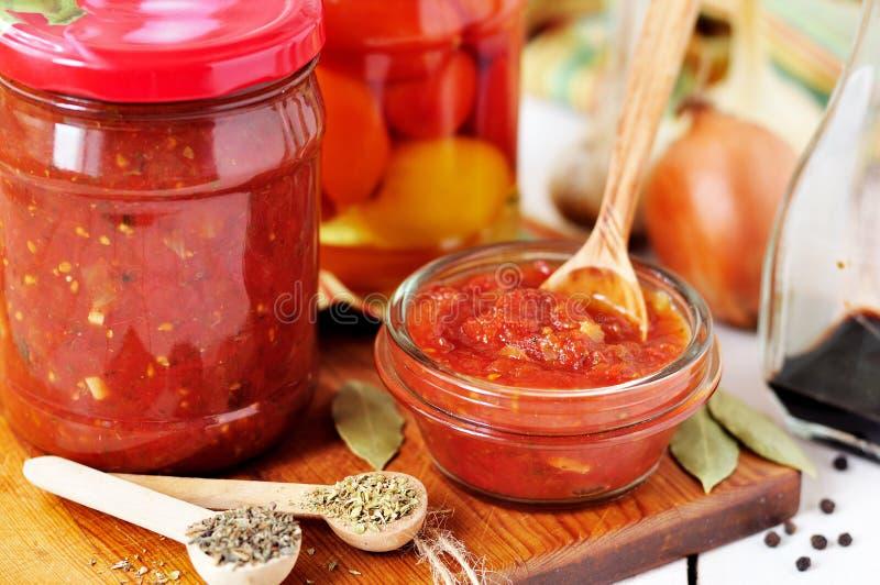 Molho de colocação em latas de Marinara, conservas do tomate foto de stock