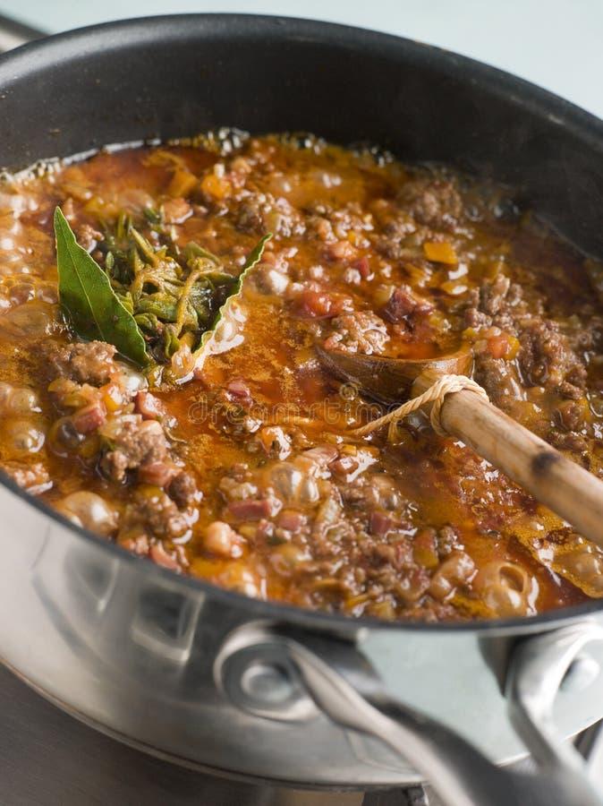 Molho de Ragu em um Saucepan imagem de stock royalty free