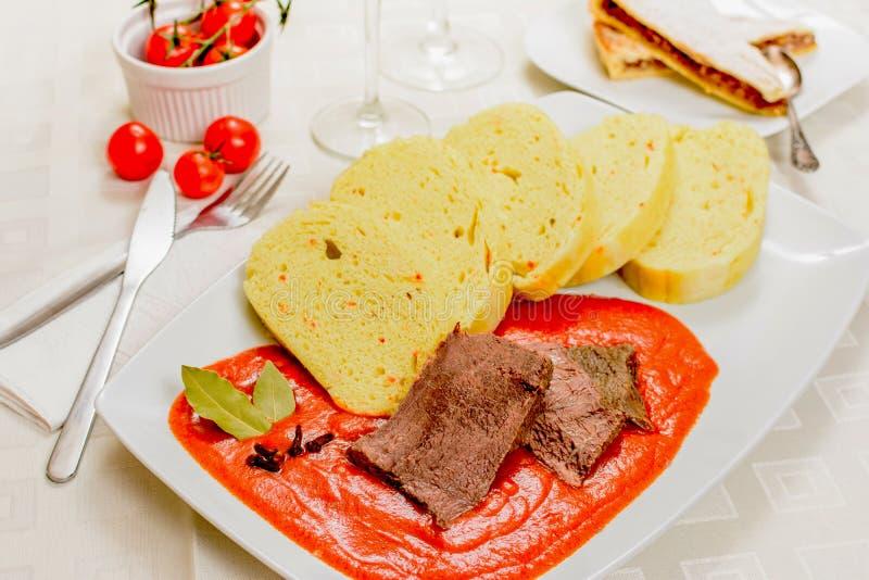 Molho de tomate checo com bolinhas de massa foto de stock royalty free