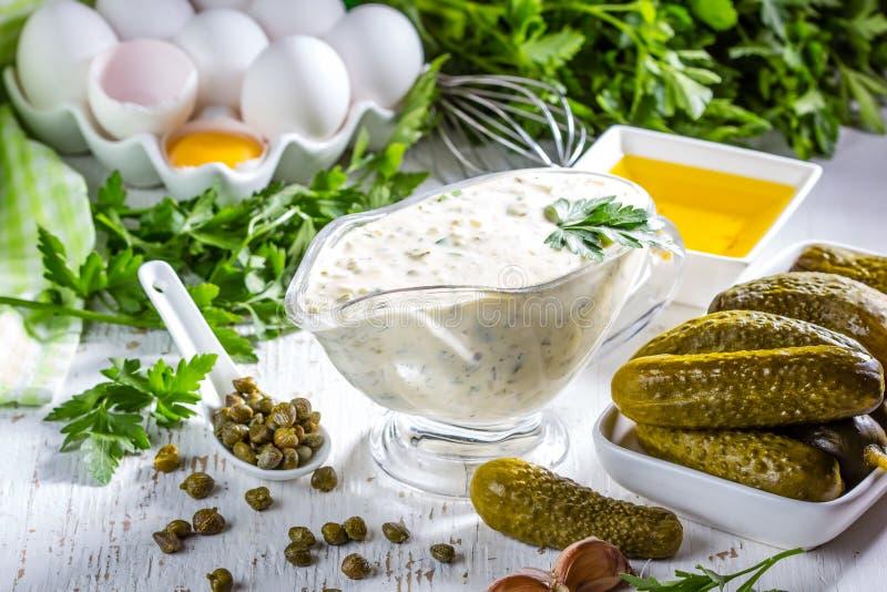 Molho do tartara do tártaro com ingredientes fotografia de stock