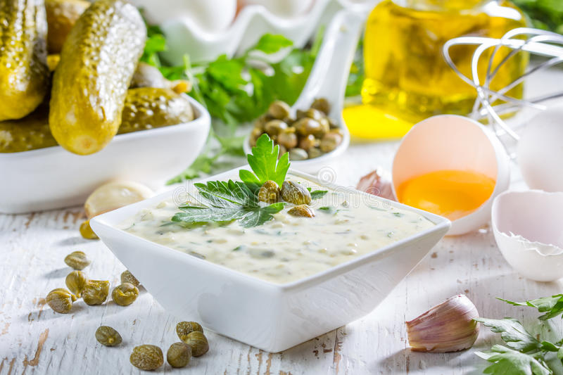 Molho do tartara do tártaro com ingredientes foto de stock