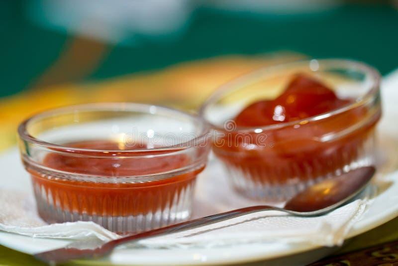 Molho do tomate e de pimentão fotos de stock