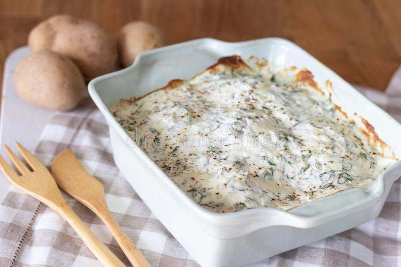 Molho e ervas cozidos de queijo da batata imagem de stock royalty free