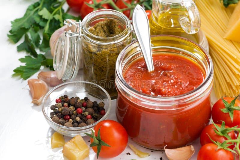 Molho e ingredientes de tomate para a massa fotografia de stock