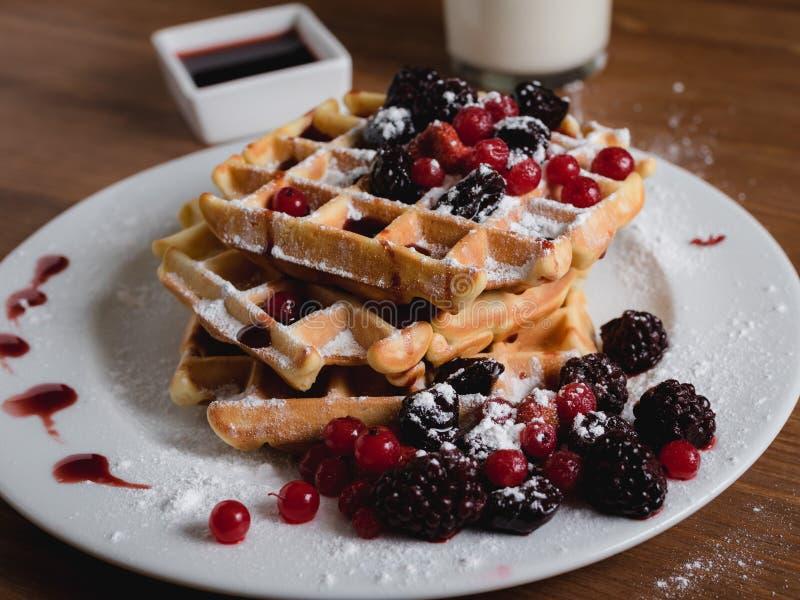 Molho fresco da cereja das bagas dos waffles belgas fotografia de stock