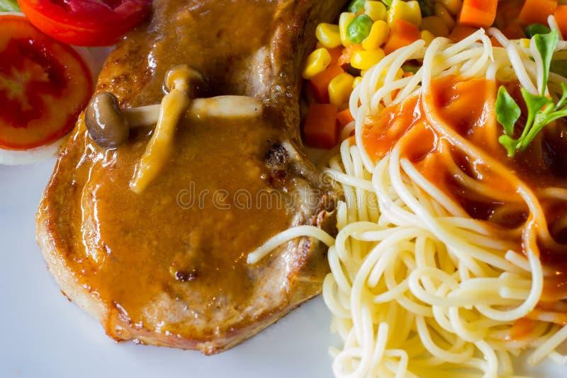 Molho picante e bife do lombo dos espaguetes do close up no prato branco fotografia de stock royalty free