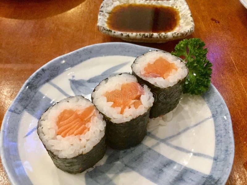 Molho Salmon do maki e de soja foto de stock