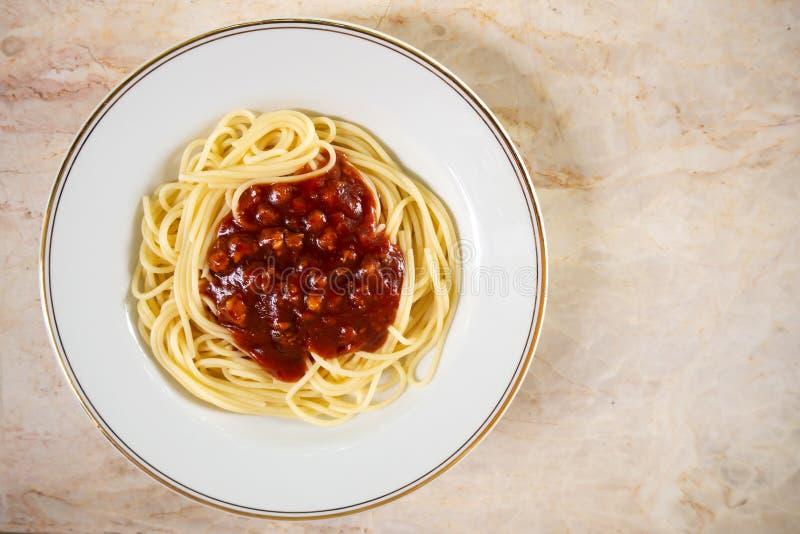 Molho vermelho de Spaghtti na placa branca Alimento italiano Vista superior com c foto de stock royalty free