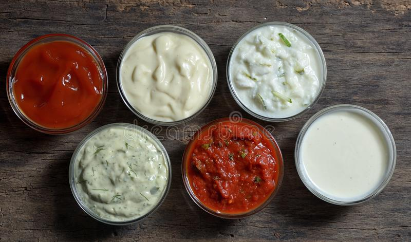 Molhos deliciosos diferentes para os pratos isolados fotografia de stock royalty free