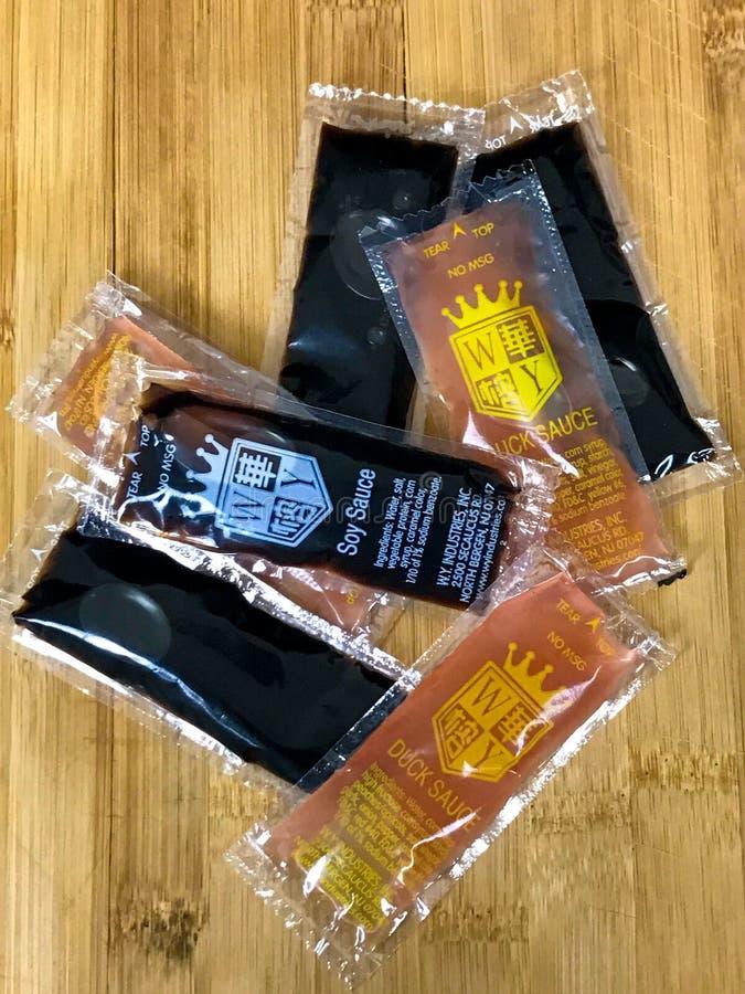 Molhos do alimento, Duck Sauce e molho de soja chineses fotografia de stock
