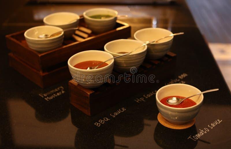 Molhos picantes asiáticos no restaurante de Bali Alimento indonésio imagem de stock royalty free