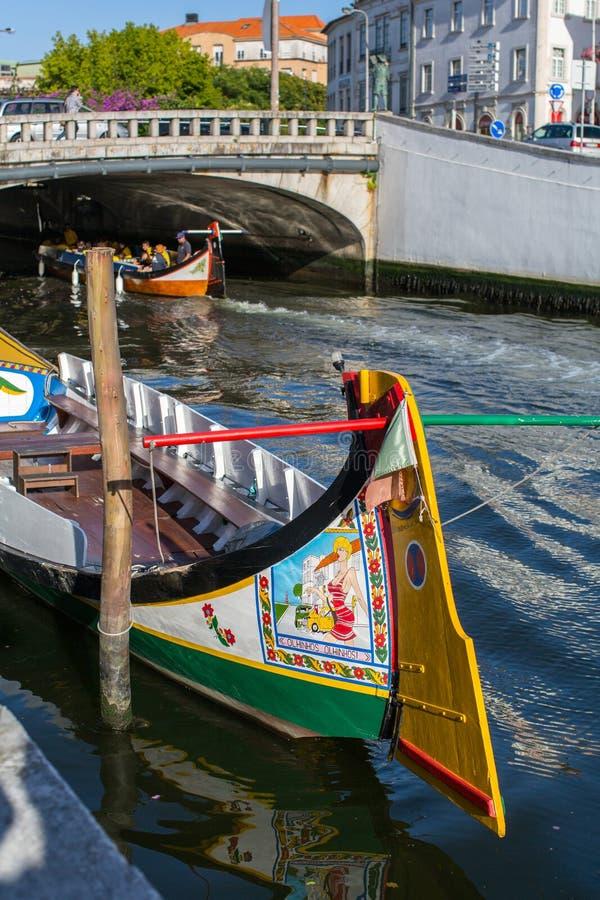 Moliceiro traditionnel de bateaux sur le canal principal de ville photos libres de droits