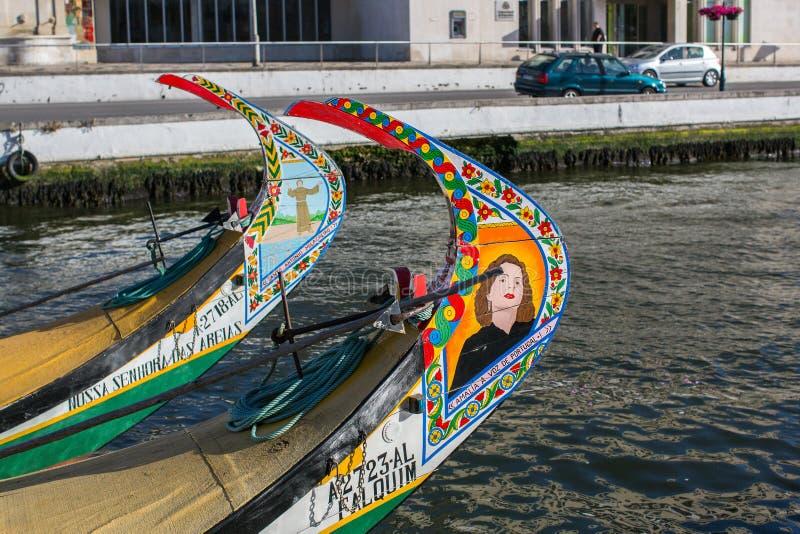 Moliceiro traditionnel de bateaux sur le canal principal de ville image stock