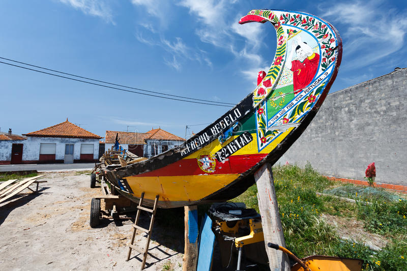 Moliceiros portugueses del barco de pesca, en el dique seco que es adornado foto de archivo libre de regalías