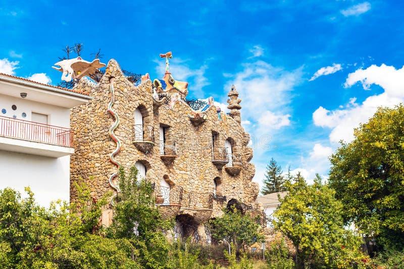 MOLINA DE ARAGON, ESPANHA - 23 DE SETEMBRO DE 2017: Vista da construção bonita ao estilo do arquiteto Gaudi Copie o espaço para imagem de stock