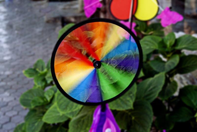 Molinillo de viento colorido del arco iris imagen de archivo libre de regalías