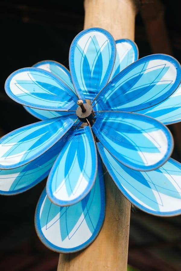 Molinillo de viento decorativo, colorido, juguete del molino de viento en el polo de bambú fotos de archivo