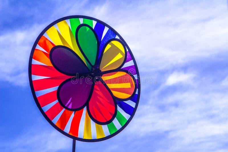 Molinillo de viento de giro del orgullo del lgbt del arco iris Símbolo de las minorías sexuales, homosexuales y lesbiana imágenes de archivo libres de regalías