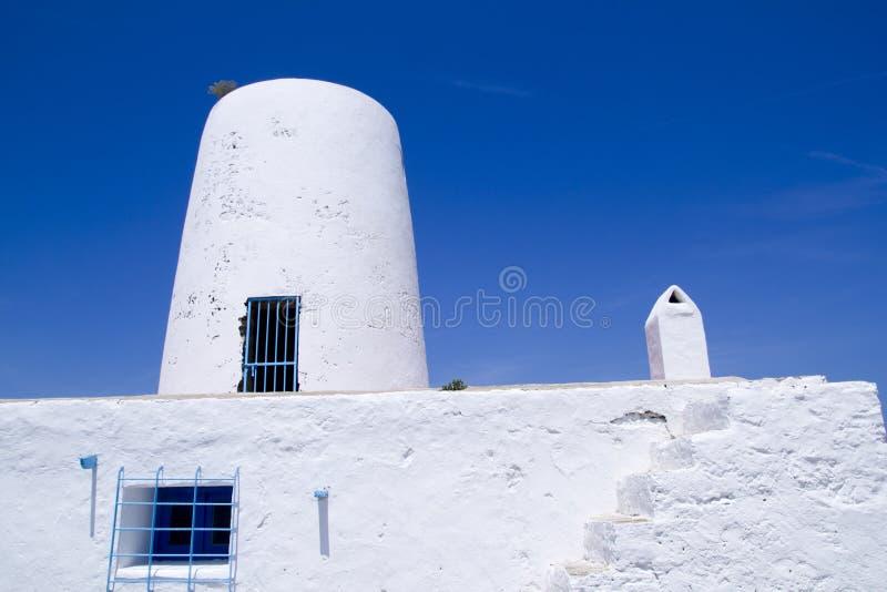 Molino blanco antiguo del molino de viento de la sal en Formentera imagenes de archivo