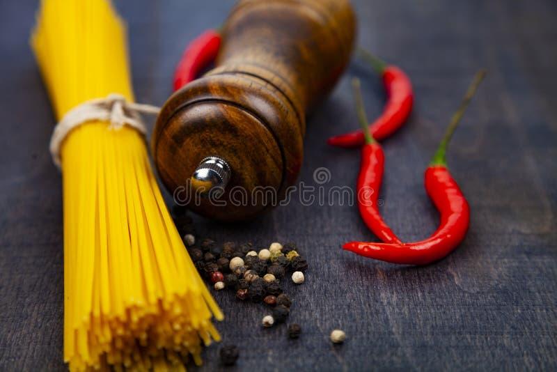 Molino crudo de las pastas, del chile y de pimienta imagen de archivo