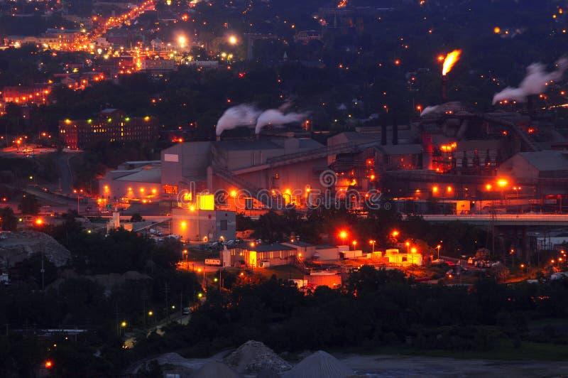 Molino de acero en la noche foto de archivo
