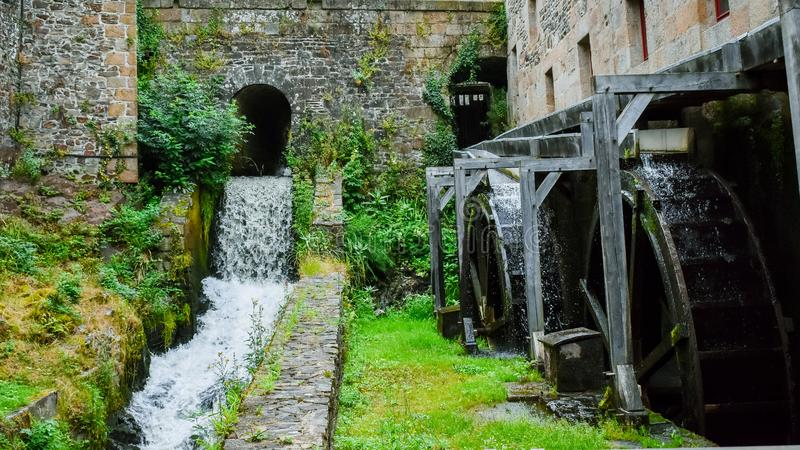 Molino de agua antiguo en el castillo de Fougeres Franc?s Breta?a fotografía de archivo libre de regalías