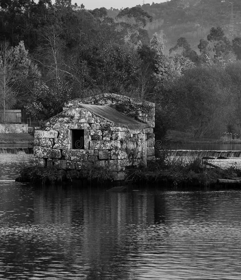 Molino de agua antiguo en la 'playa fluvial de Adaufe ', Braga fotos de archivo
