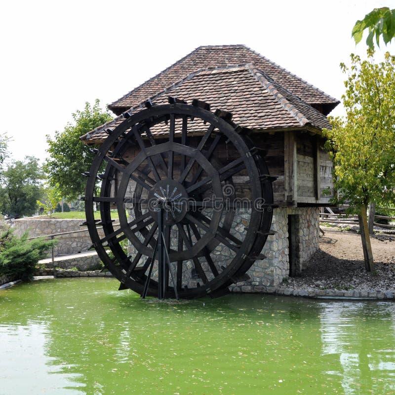 Molino de agua de la rueda de agua maquinaria del vintage funcionando imagenes de archivo