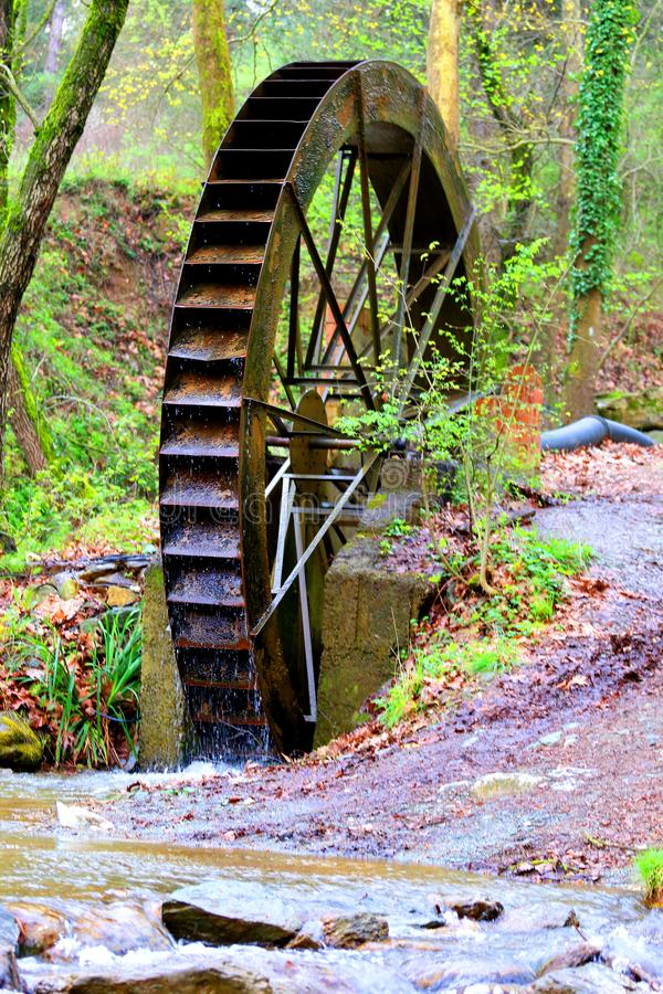 Molino de agua viejo en naturaleza foto de archivo