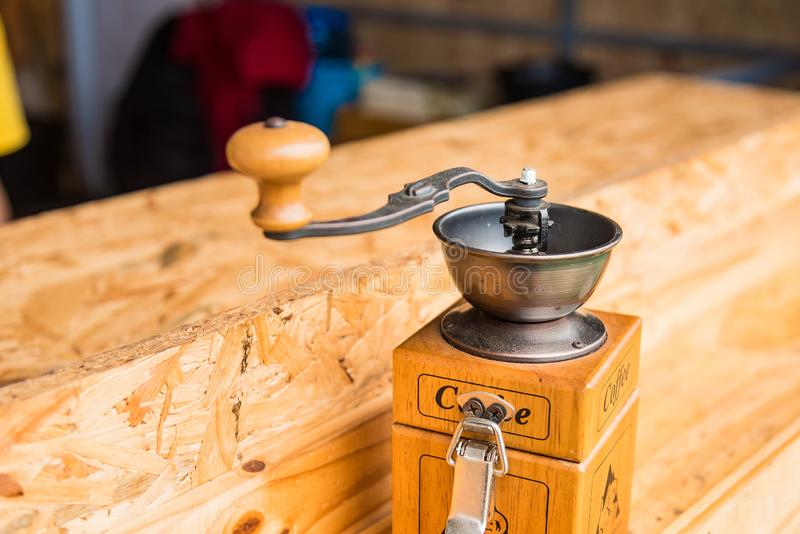 Molino de café sobre mesa de madera foto de archivo libre de regalías