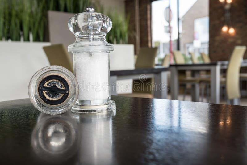 Molino de la pimienta y de la sal imagen de archivo
