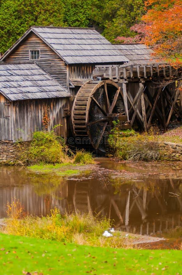 Molino de Mabry de Virginia en Ridge Parkway azul en el SE del otoño imagen de archivo libre de regalías