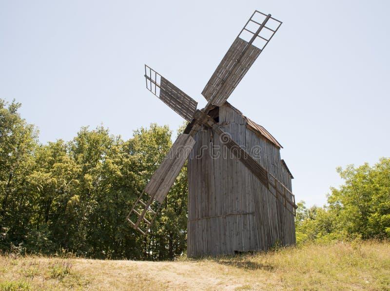 Molino de madera viejo El mecanismo interno de cómo el molino de viento funciona imagenes de archivo