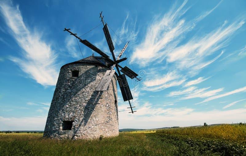 Download Molino de viento foto de archivo. Imagen de montañas - 42430098