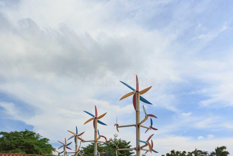 Molino de viento alrededor de árboles imagenes de archivo