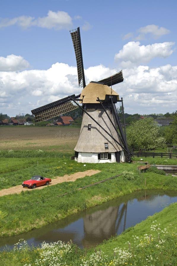Molino de viento antiguo en campo holandés fotos de archivo