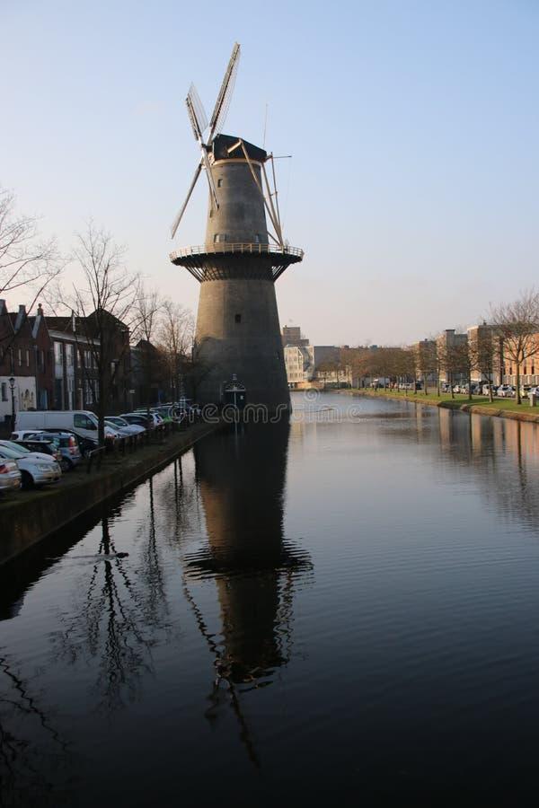 Molino de viento antiguo en el centro de ciudad de Schiedam en los Países Bajos foto de archivo libre de regalías