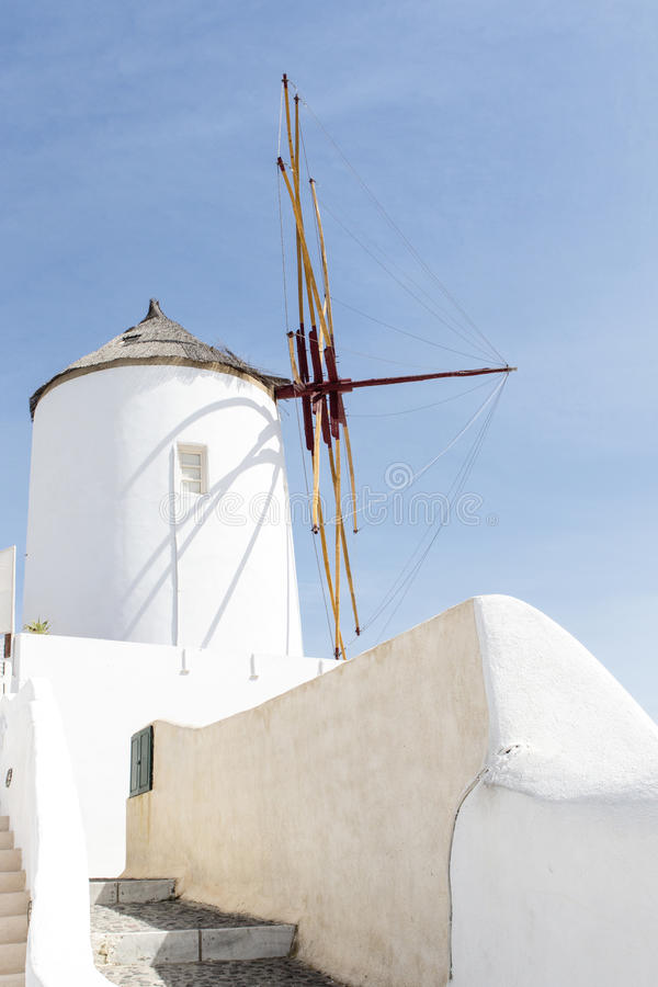 Molino de viento blanco en Oia, Santorini (Thera), las Cícladas - la Grecia fotos de archivo