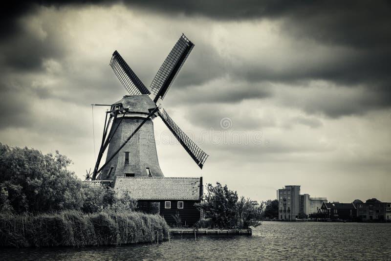 Molino de viento cerca de Amsterdam con las nubes dramáticas, Países Bajos imagen de archivo