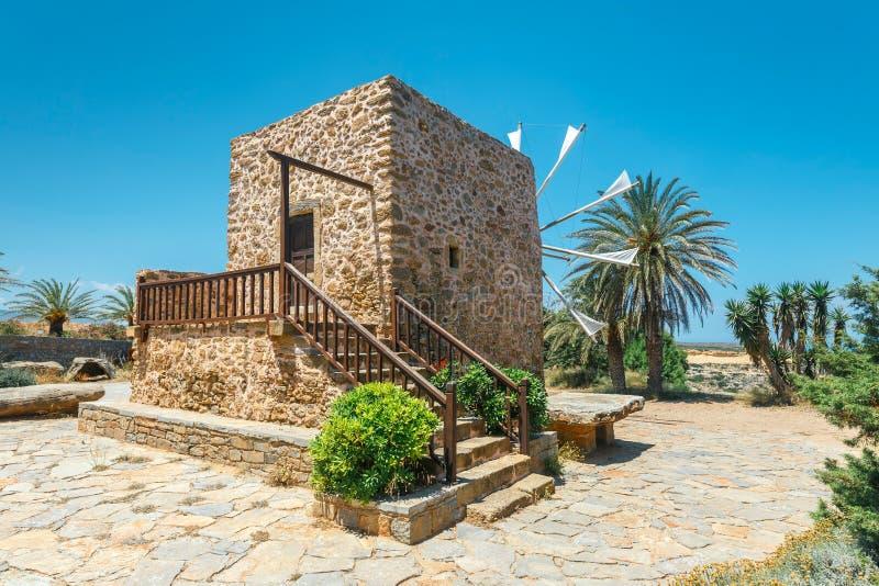Molino de viento cerca del monasterio Toplou, Creta fotos de archivo libres de regalías