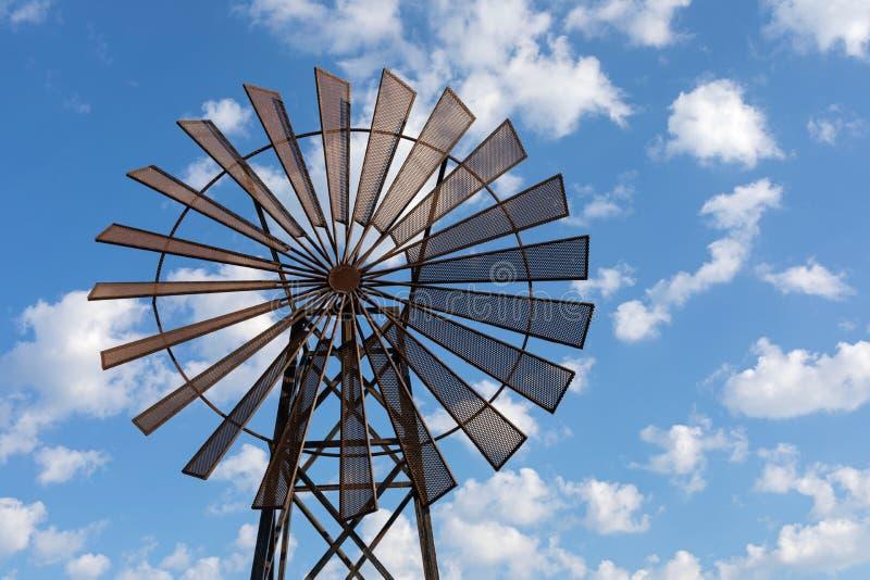 Molino de viento contra el cielo azul fotos de archivo libres de regalías
