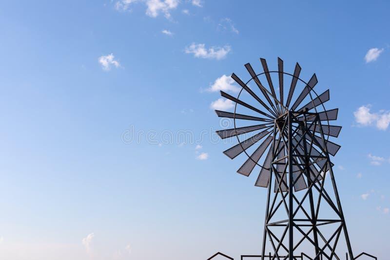 Molino de viento contra el cielo azul fotografía de archivo libre de regalías