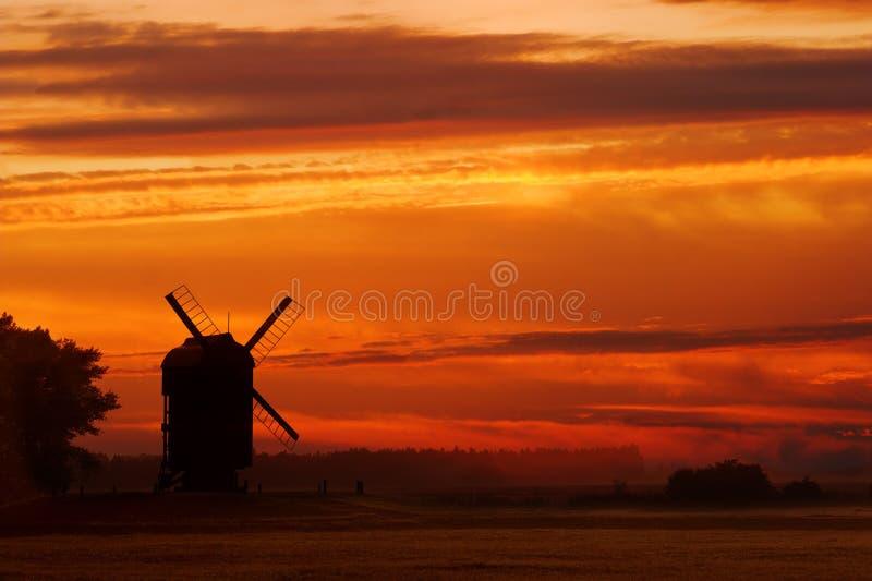 Molino de viento de la puesta del sol imagen de archivo libre de regalías