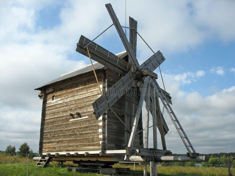 Molino de viento de madera antiguo fotografía de archivo