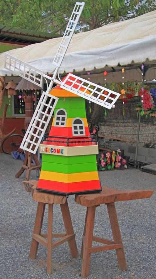 Molino de viento de madera decorativo en el jardín foto de archivo