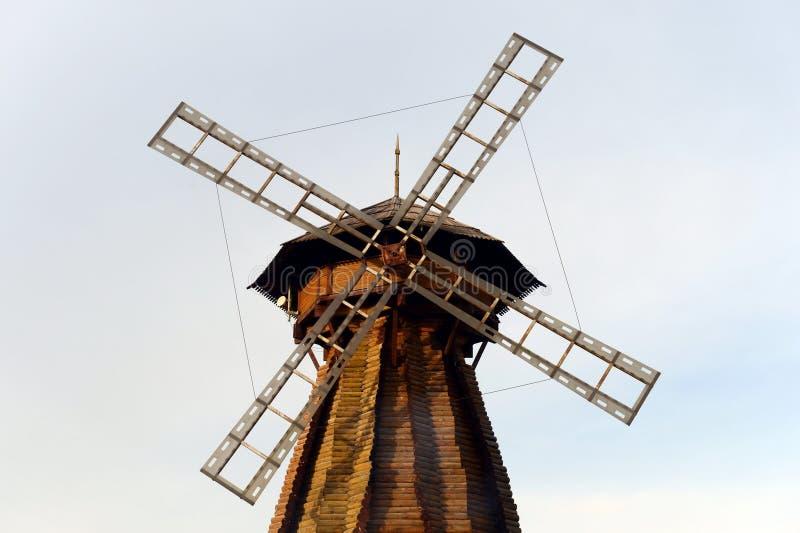 Molino de viento de madera en Izmailovo el Kremlin imágenes de archivo libres de regalías