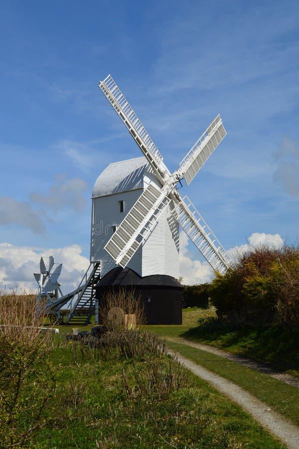 Molino de viento de Sussex en el Sussex Southdowns imágenes de archivo libres de regalías