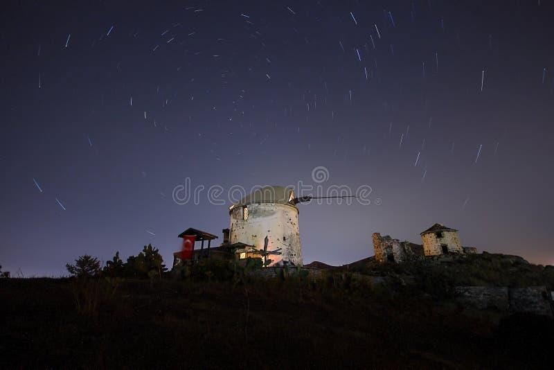 Molino de viento debajo de las estrellas fotos de archivo libres de regalías