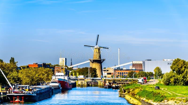 Molino de viento del conducto en el puerto de Rotterdam, Holanda imagen de archivo libre de regalías