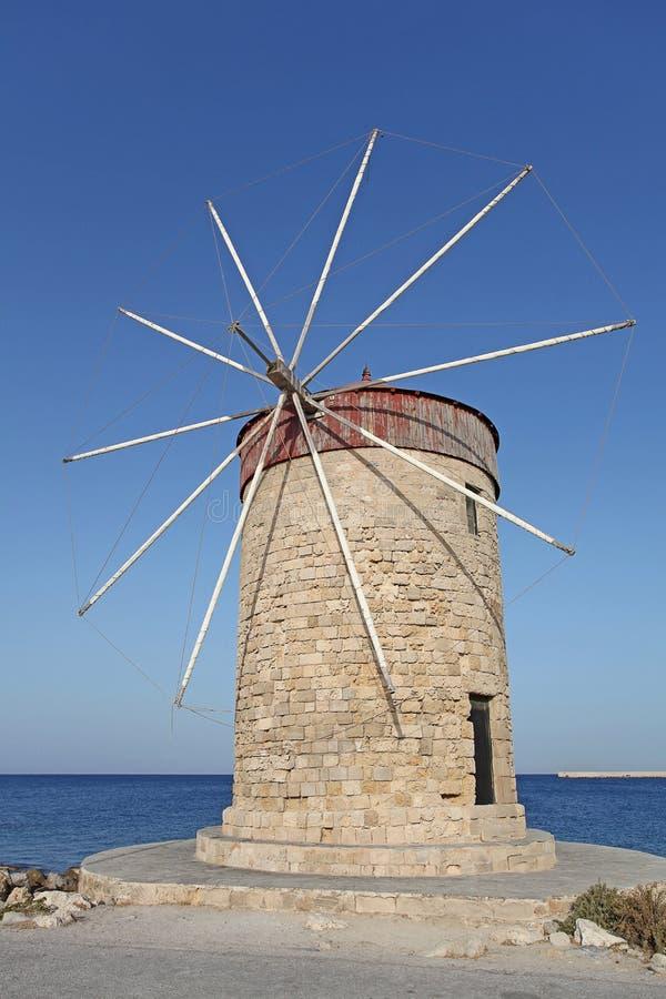 Molino de viento del puerto de Rhodes Mandraki Grecia foto de archivo